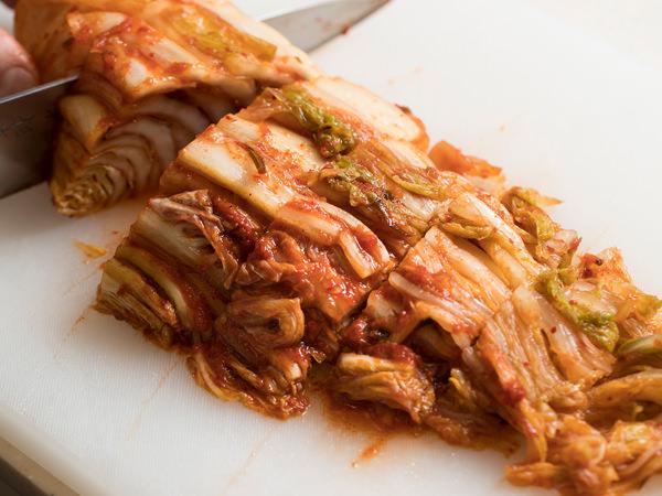 完成したキムチを食べやすい大きさに切る
