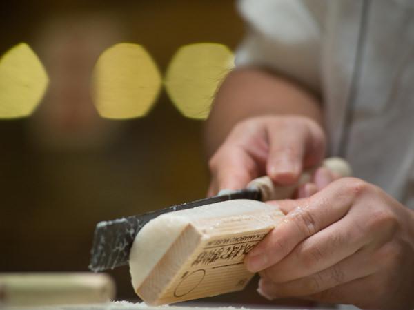 職人がかまぼこを作っている手元のイメージ