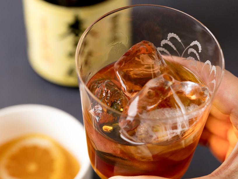 みりんをロックグラスで飲んでいるイメージ