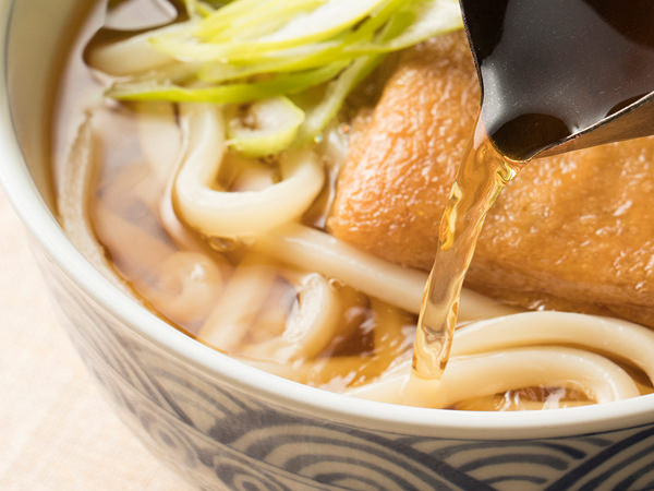 出汁(だし)の老舗が伝授! 関西風うどんつゆの作り方。魚出汁の ...