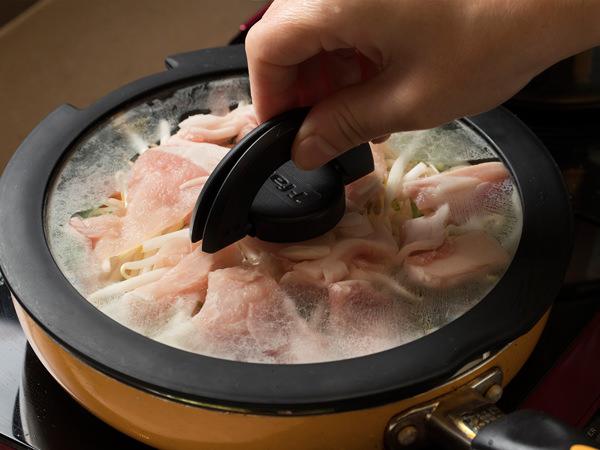 麺を蒸し焼きにしているところ