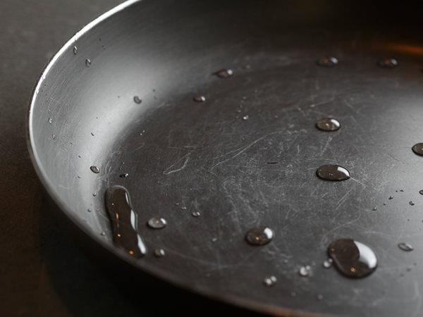 スタッフが8年間使い込んだスキャンパン。傷はついているが水をはじいていてフッ素加工の機能は衰えていない