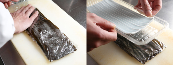 白身魚を挟んだ昆布をラップで包み、重石をする