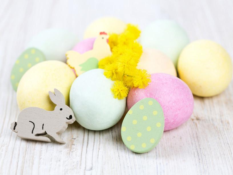 卵とウサギでイースターをお祝いするイメージ