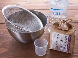 米を洗うときに使うもの。ボウル、ザル、水、米、計量カップ