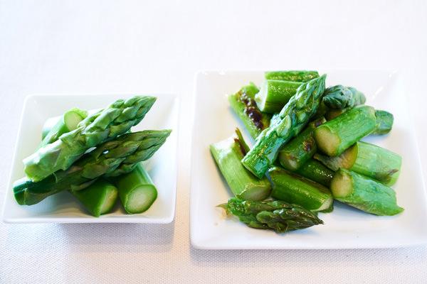 ゆでたアスパラガスと、炒めたアスパラガスを並べて比較しているところ