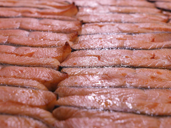 新潟加島屋のさけ茶漬に使用されるキングサーモンが焼き上げられているところ