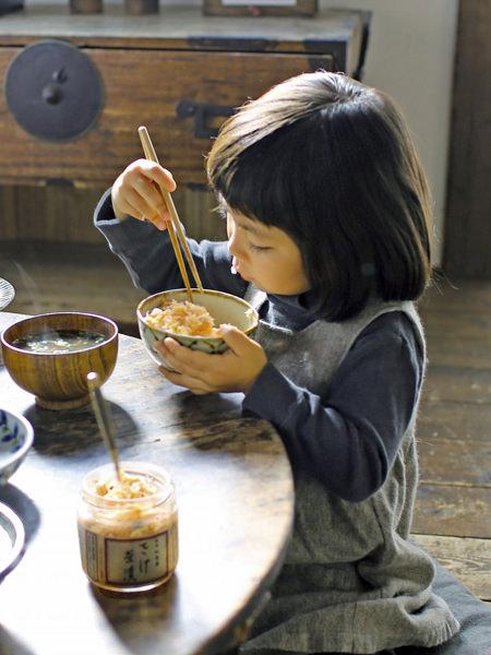 食卓で新潟加島屋のさけ茶漬を食べている女の子