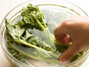 菜の花は袋から出して30分おいたあと、水に10分ほどつけておく