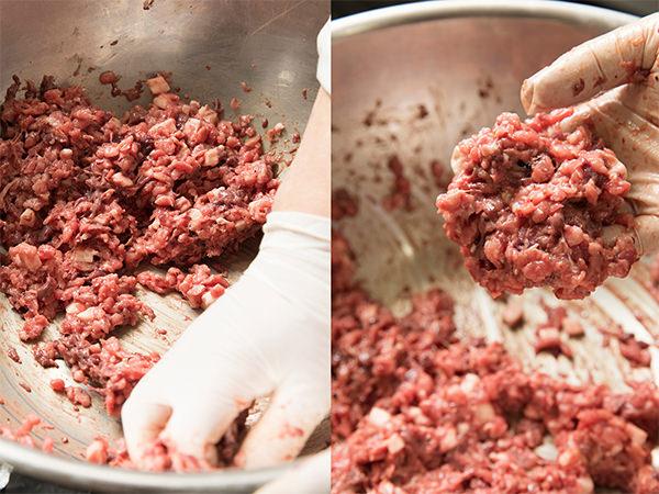 肉に塩を入れて混ぜる