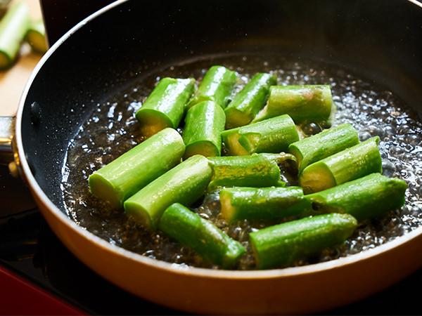 アスパラガスを炒めているところ