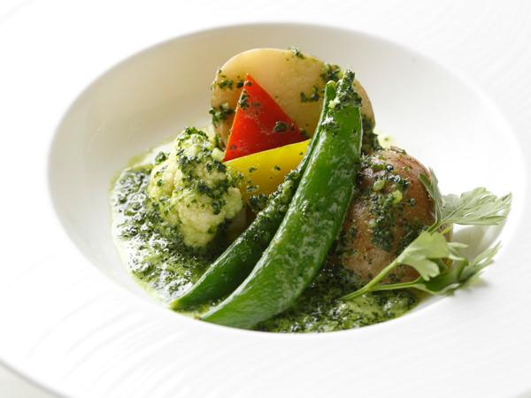 野菜にエスカルゴバターをのせて焼いた料理例