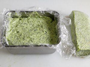 バットに入れて冷凍したエスカルゴバターと棒状に切ったエスカルゴバター
