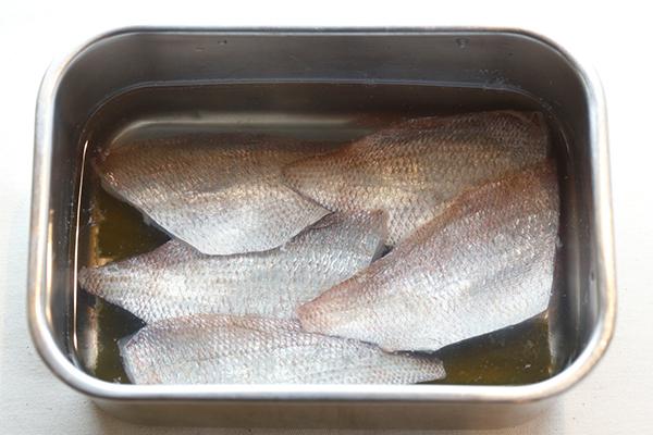 2. 刺身用の白身魚を漬ける