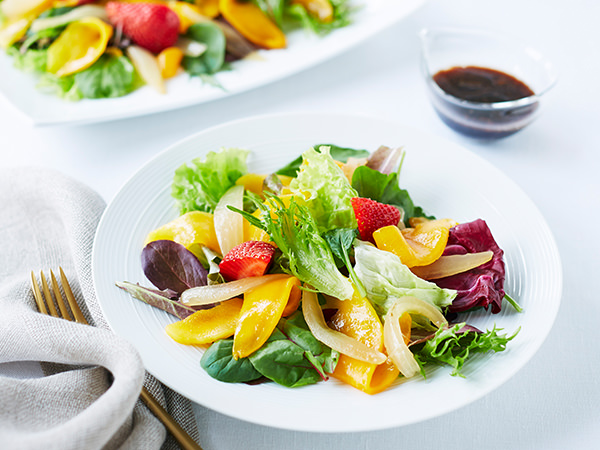 マンゴーとイチゴのフルーツサラダ