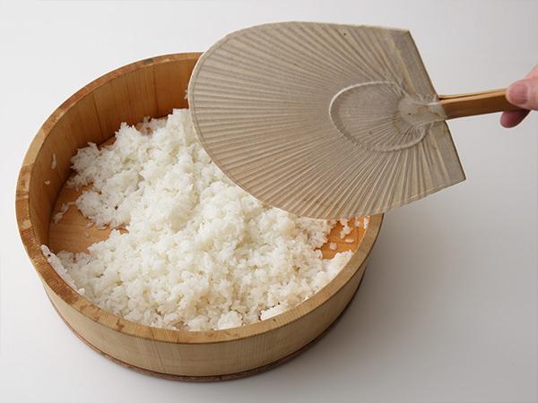 寿司飯を作っている様子