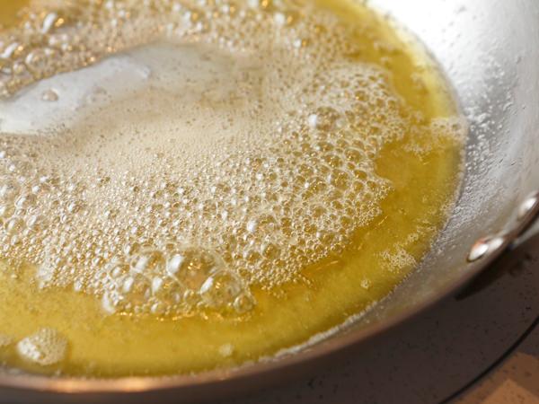 バターとオリーブオイルを溶かしたフライパン