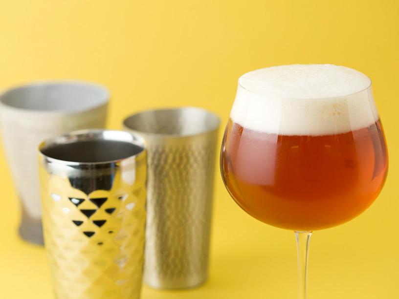 ビールの入ったロブマイヤーのブルゴーニュグラス「バレリーナ」,左の手前から磨き屋シンジケートの二重ステンレスタンブラー,新光堂の銅鎚目タンブラー,TSUNEの麦酒杯