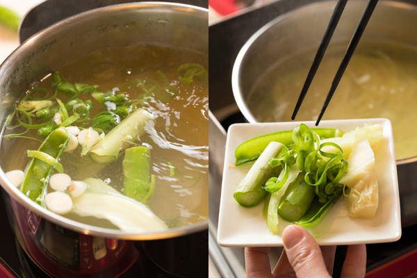 野菜くずと一緒にパスタをゆで、野菜くずを取り出している様子