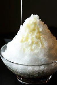 虎屋菓寮の氷あずきに練乳をかけた様子
