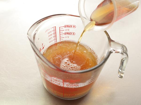 らっきょうの甘酢漬けの漬け汁を作る様子