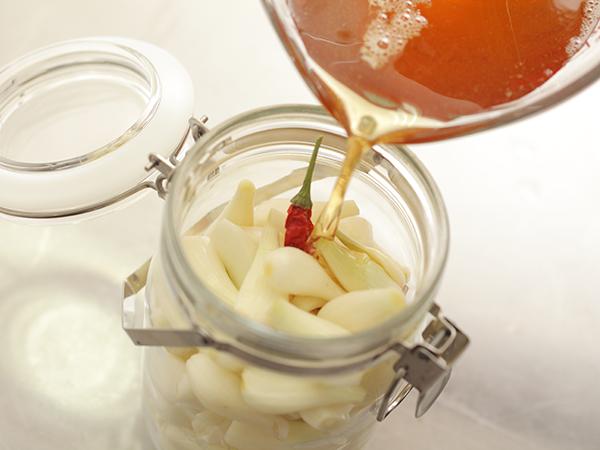 2)容器にらっきょうと漬け汁を入れる