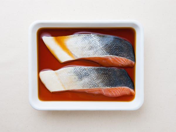 調味液に鮭を漬けている様子