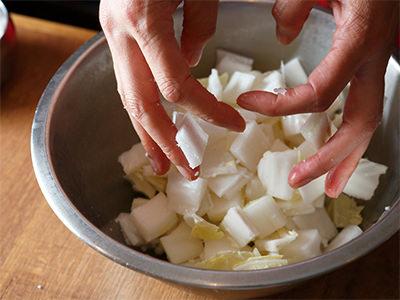 白菜と大根に塩をまぶしている様子