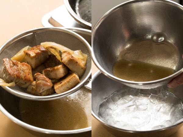 ザルで豚バラ肉を取り分けて煮汁を氷で固める様子