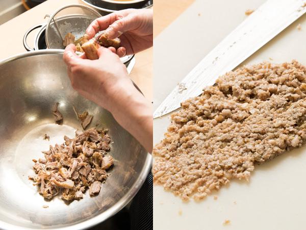 豚バラ肉を手でほぐし脂身を包丁で叩く様子
