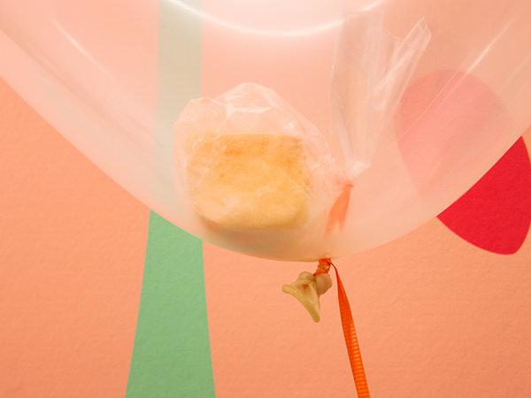 風船の中に入っているシフォンケーキ