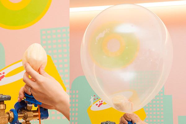 ヘリウムガスが注入され、大きく膨らむシフォンケーキ入りの風船