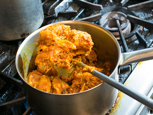 炒めた鶏モモ肉