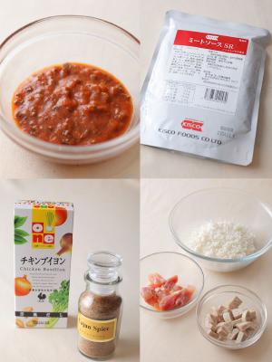 ジャンバラヤに使う材料のミートソース袋とミートソースの中身のスパイス、ブイヨン、米、鶏肉、ソーセージ