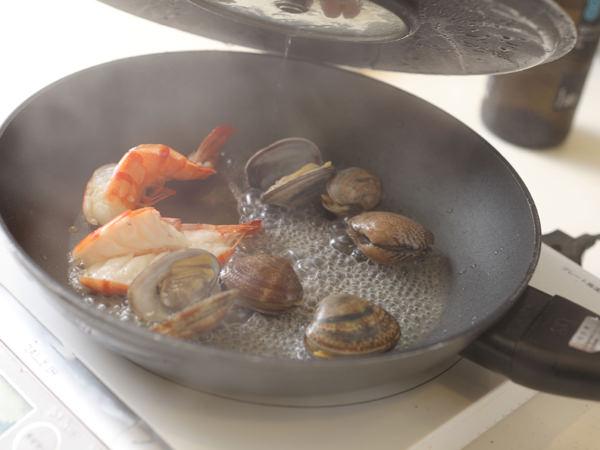 トッピングの魚介をワイン蒸しにしている様子