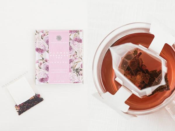 (左)クイーンズウェイの花言葉の紅茶のパッケージ(右)クイーンズウェイの花言葉の紅茶を淹れているところ