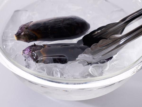 焼いたなすを氷水にとる様子