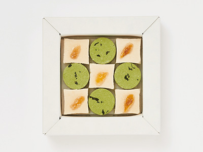 市松模様を描くように鈴懸の抹茶と生姜のtatamizeが詰められている