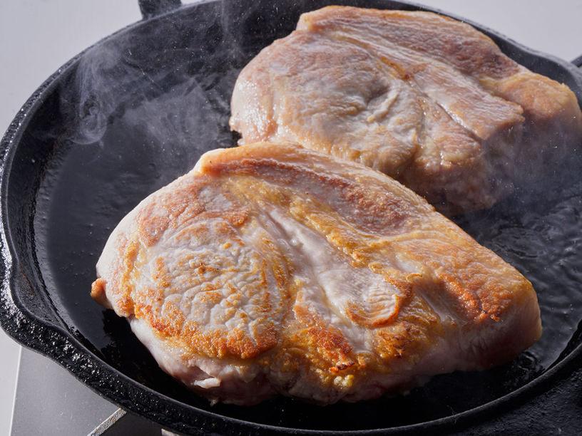 氷温熟成 氷室豚の厚切り肉をローストしている様子