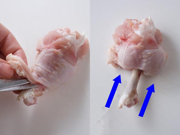 手羽元の骨に沿ってキッチンバサミを入れ、肉を骨から外し、肉を骨先に押し出す様子