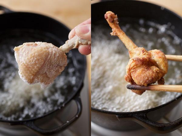 手羽元に粉をまぶして丸く成形して揚げ油に入れ、揚げ上がった様子