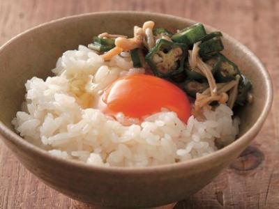 オクラとエノキの卵かけごはんのせ