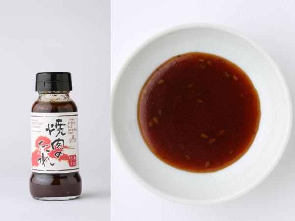 (左)水牛食品のこだわりシリーズ焼肉のたれ、(右)小皿に入れたこだわりシリーズ焼肉のたれ