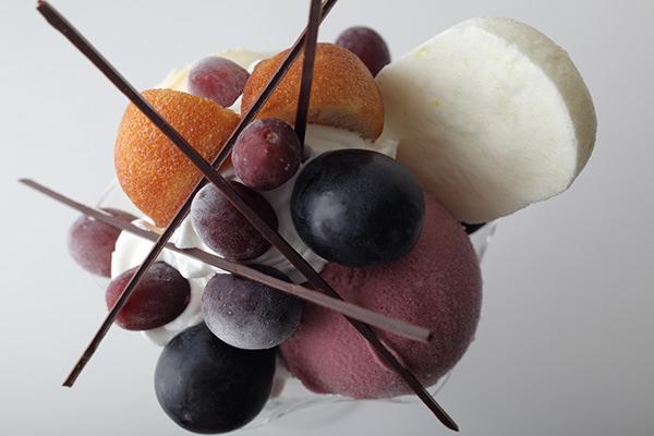 ヨシノリ アサミのぶどうのパフェ「クープ・グラッセ・レザン」イメージ