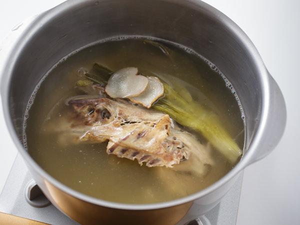 3時間煮たあとの鶏ガラスープの様子