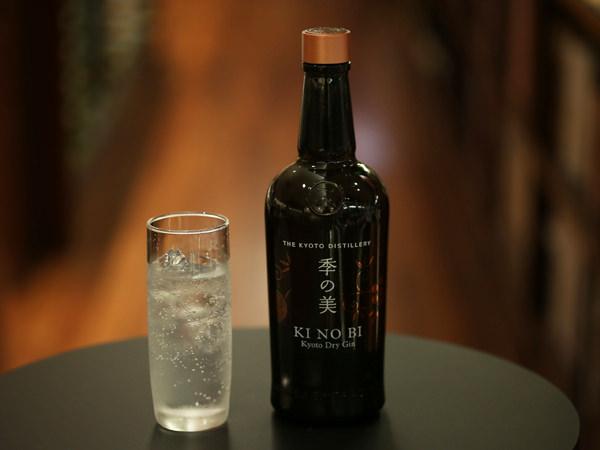 季の美の瓶とグラス