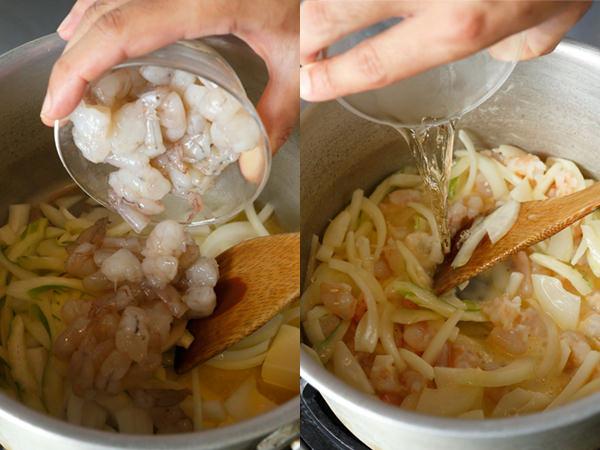 鍋にバター、野菜、えびを入れて炒め、白ワインを加える様子