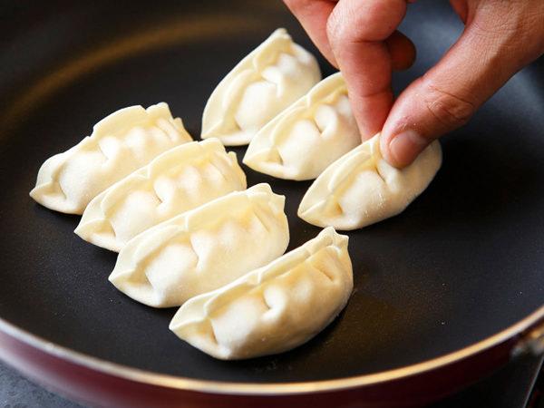【コツ2】餃子を並べたら軽くフライパンに押し付ける。油はひかなくてOK