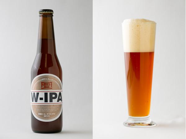 箕面ビールのW-IPAの瓶と注いだグラス