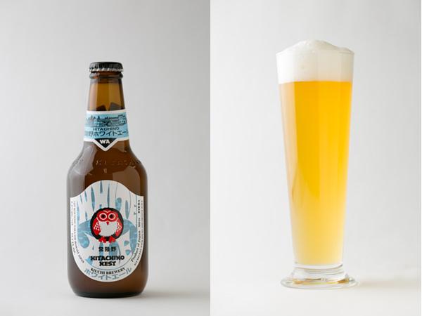 常陸野ネストのホワイトエールの瓶と注いだグラス